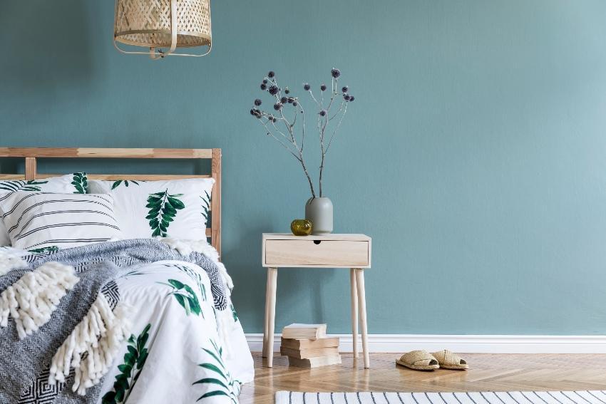 Bett mit einem Nachtschrank - Schlafzimmergestaltung