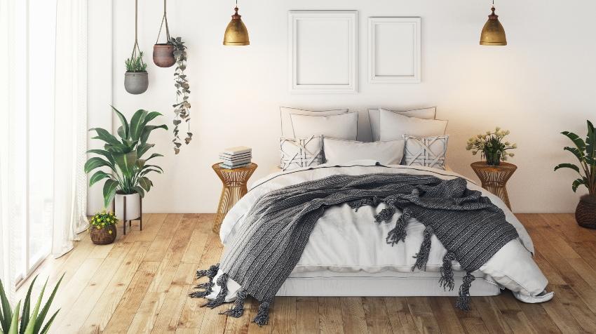 Bett mit Kissen und Tagesdecke