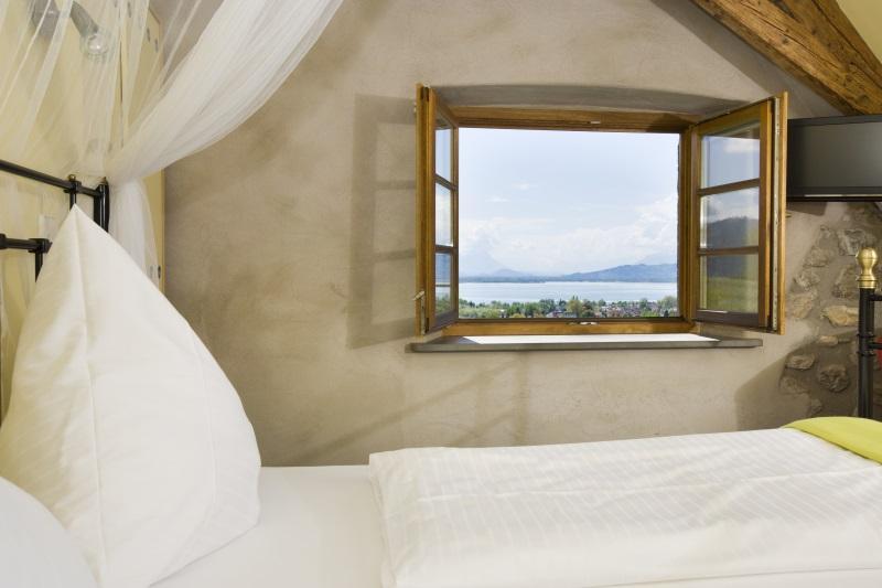 Ein Schlafzimmer mit geöffnetem Fenster. Morgens sollte das Bett an der frischen Luft gelüftet werden.