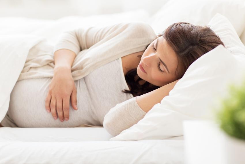Schlafende schwangere Frau