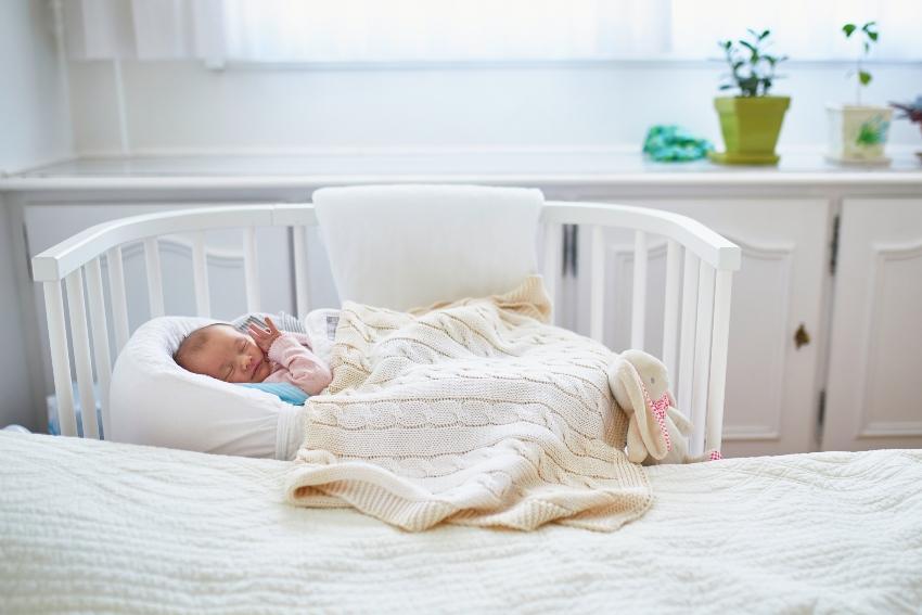 Baby im Babybett