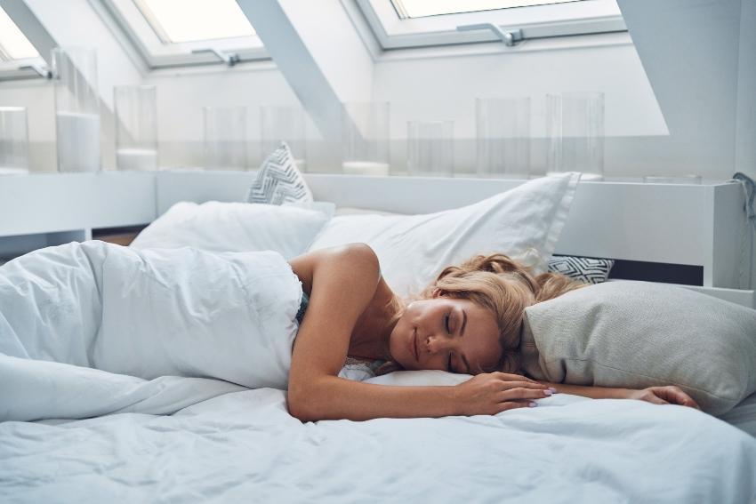 Frau schläft auf Boxspring-Matratze