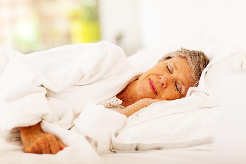 Seniorin braucht Schlaf
