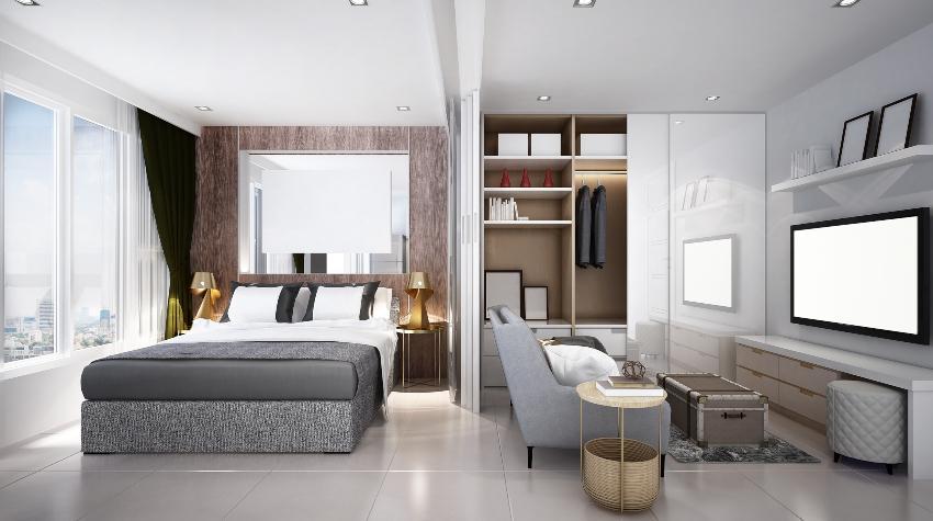 Ein kleines Wohn- und Schlafzimmer mit einem Getrennten Bereich für Sessel und Fernseher Schlaf- und Wohnzimmer in einem kleinen Raum