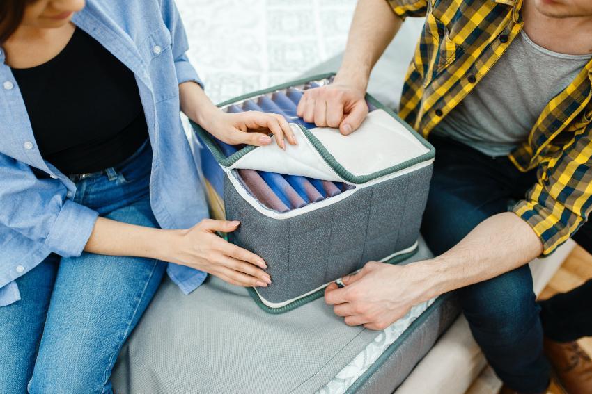 Ein junges Paar betrachte in einem Bettengeschäft das Modell eines Matratzenkerns