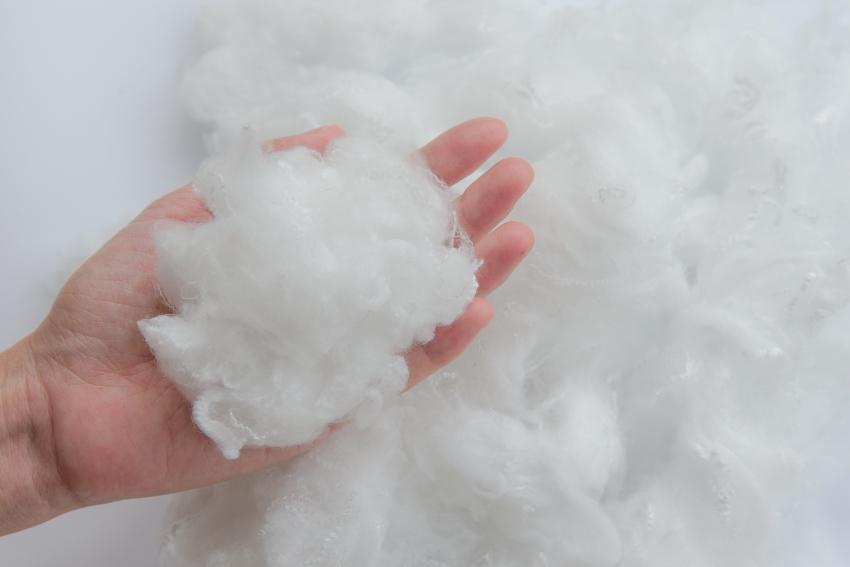 Polyester Rohstoff in einer Hand