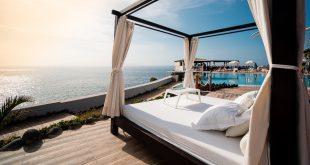 Bett steht draußen, Meerblick, Leichte Sommerbettlaken