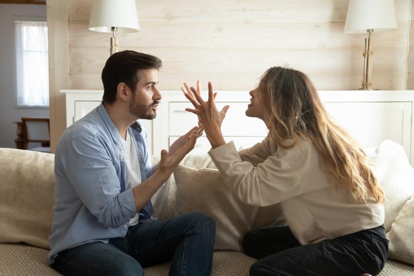 Ehepaar streitet - Nachts aufwachen als Folge von Beziehungsstress
