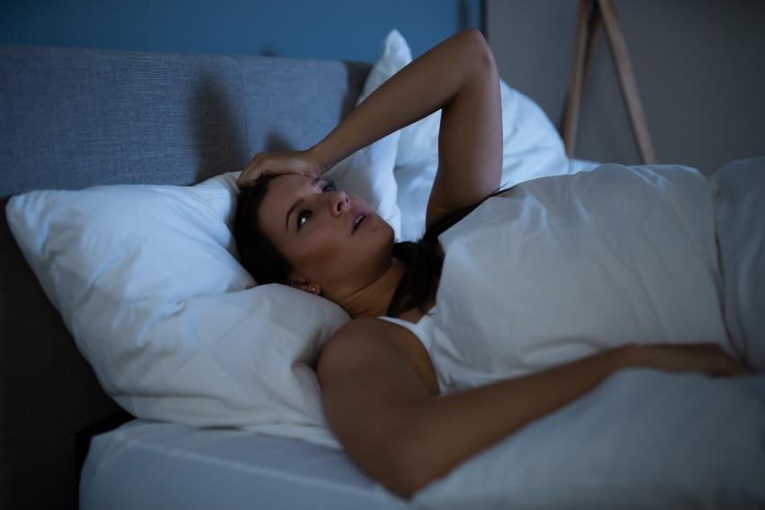 Frau kann nachts nicht schlafen - Nachts aufwachen als dauerndes Problem