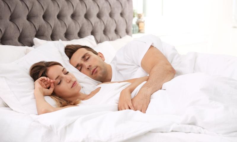 Pärchen schläft in großem Bett - Matratze mit 180x200 cm