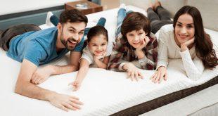 Familie im Bett - Stauchhärte bei Matratzen