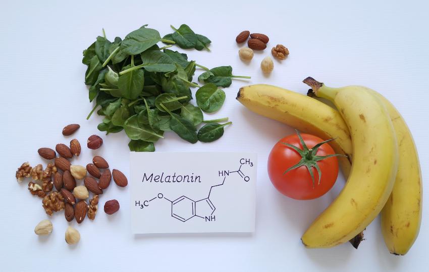 Diverse Nahrungsmittel, die für die Hormonproduktion sinnvoll sind, zB Bananen, Tomaten, Nüsse