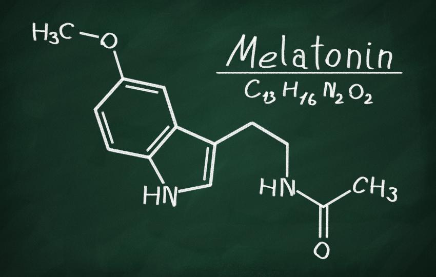 Melatonin, chemische Darstellung an einer Schultafel