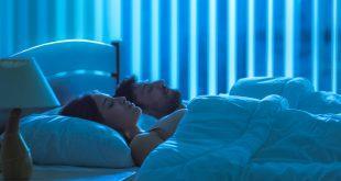 Junges Paar schläft - Schlafgesundheit verbessern