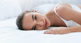 Frau auf Matratze - Gelmatratzen erklärt