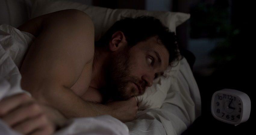 Mann kann nicht schlafen - Unruhiger Schlaf
