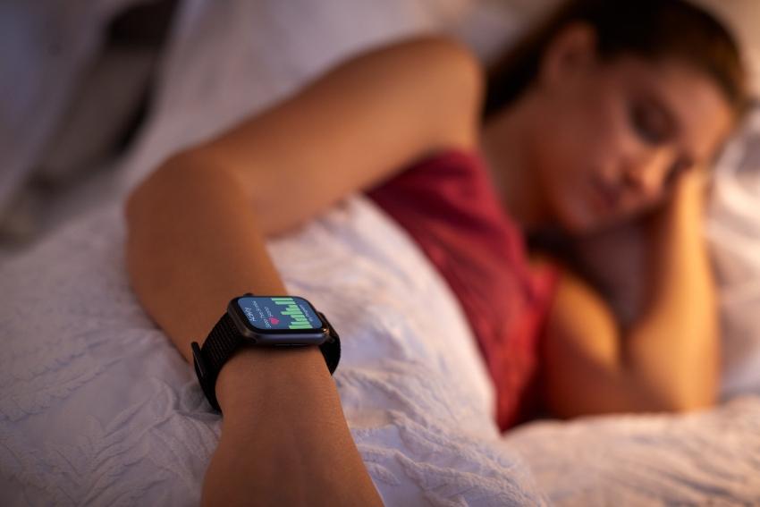 Frau schläft mit Tracking Uhr