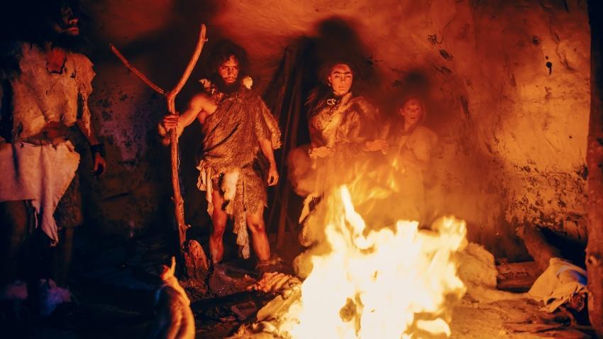 Höhlenmenschen am Feuer - die Geschichte der Schlafkultur ist sehr lang