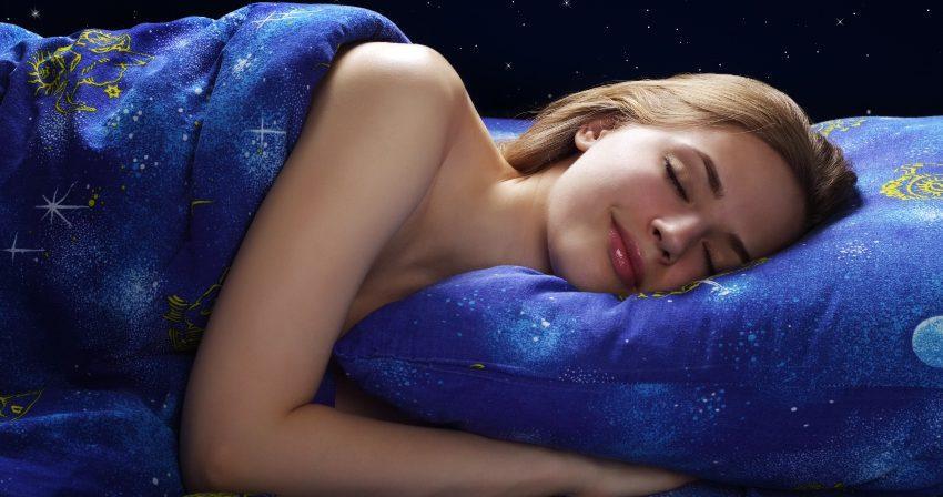 Junge Frau schläft tief - Schlaf zu fördern durch kleine Umstellungen