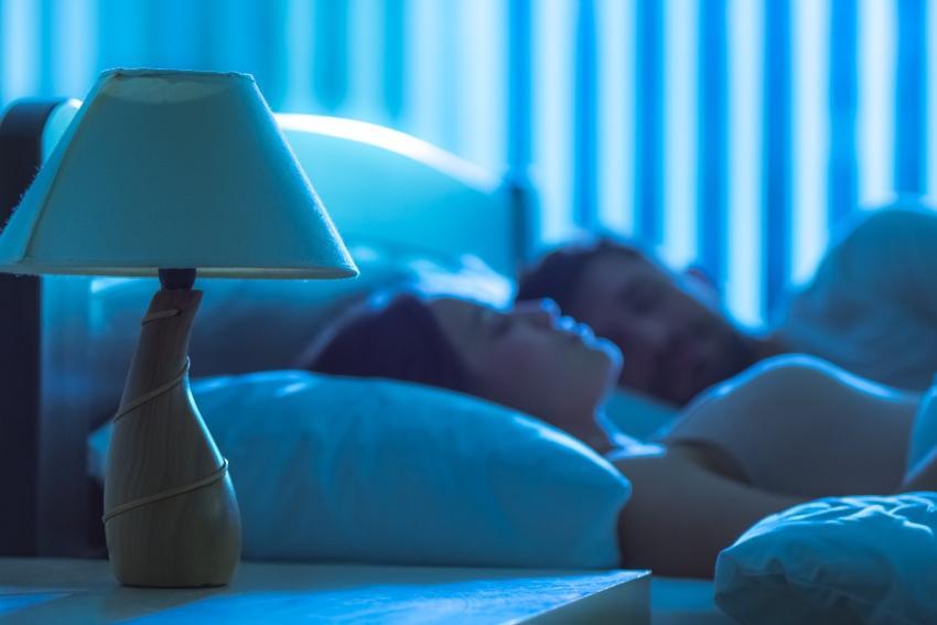 Junges Paar schläft tief im Bett - Einfluss von Schlaf auf das Immunsystem