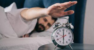 Mann steht um 6 Uhr auf - Schlafrestriktion erfordert Disziplin