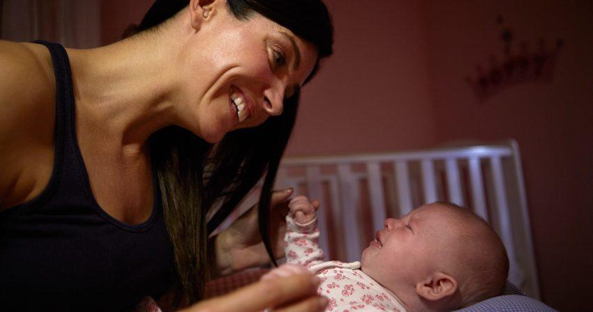 Mutter mit Baby - was ist Ammenschlaf?