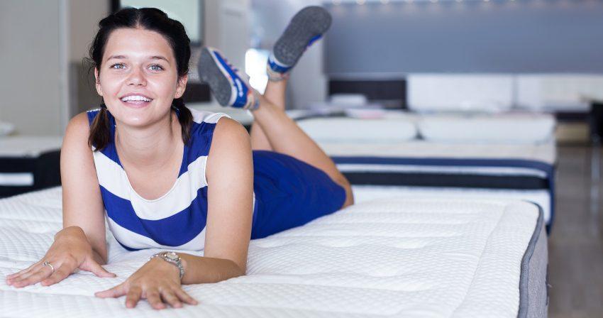 Junge Frau liegt im Bett - Matratzen mit Bonellfeder