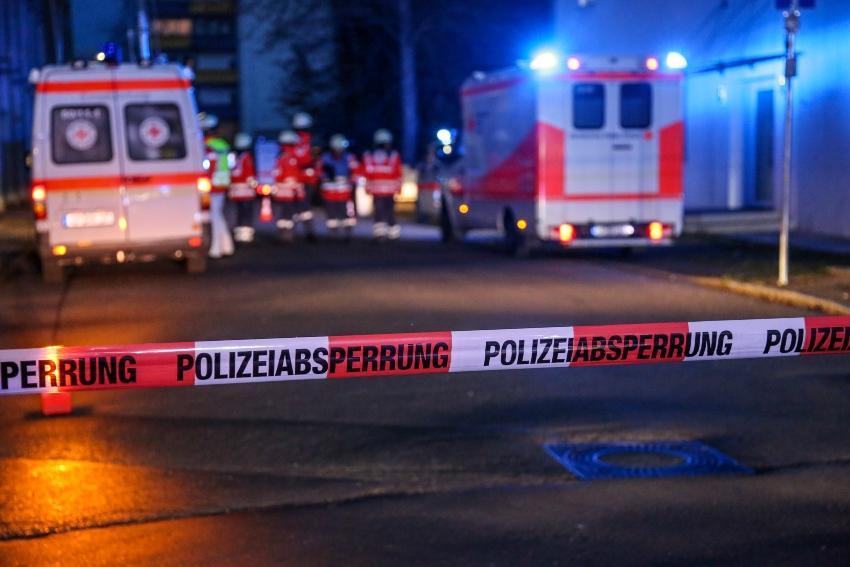 Polizeiabsperrung, Rettungswagen - Schichtarbeit kann regelmäßiges Schlafen erschweren