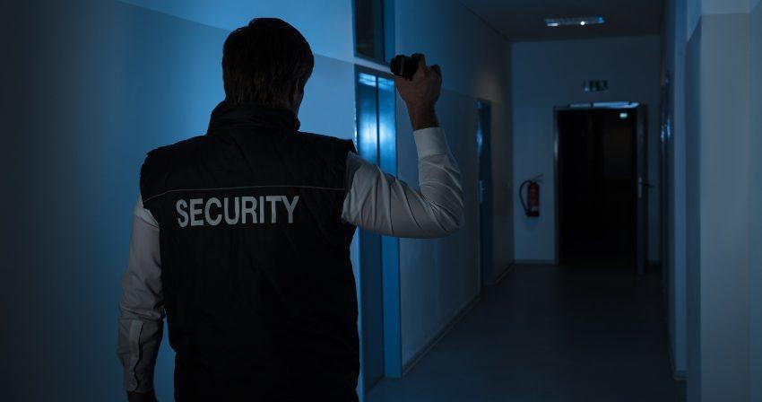 Sicherheitsdienstmitarbeiter im Einsatz - Schichtarbeit und Schlafprobleme