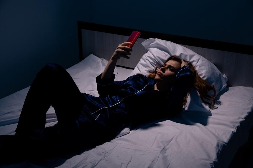 Junge Frau kann nachts nicht schlafen