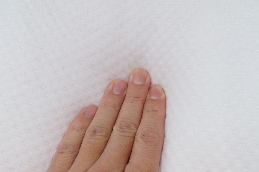 Hand berührt Matratze - Klimafaser als Matratzenbezug