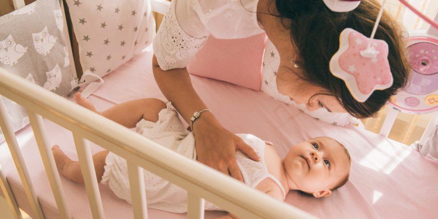Mutter kümmert sich um Baby - Sicherer Babyschlaf