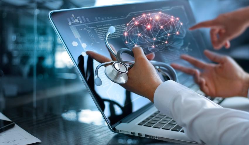 Ärzte betrachten Animation eines Gehirns am Laptop