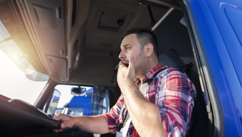 LKW Fahrer gähnt - Müdigkeit im Straßenverkehr - Übermüdung kann tödlich sein