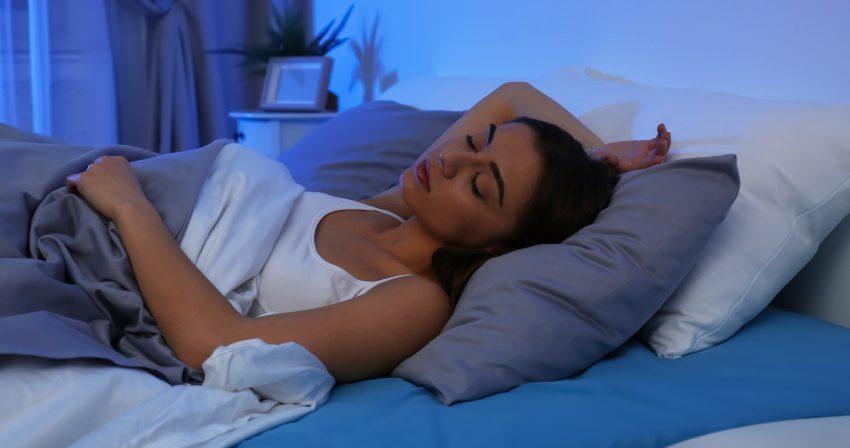 Junge Frau schlft - die optimale Schlafdauer ist individuell
