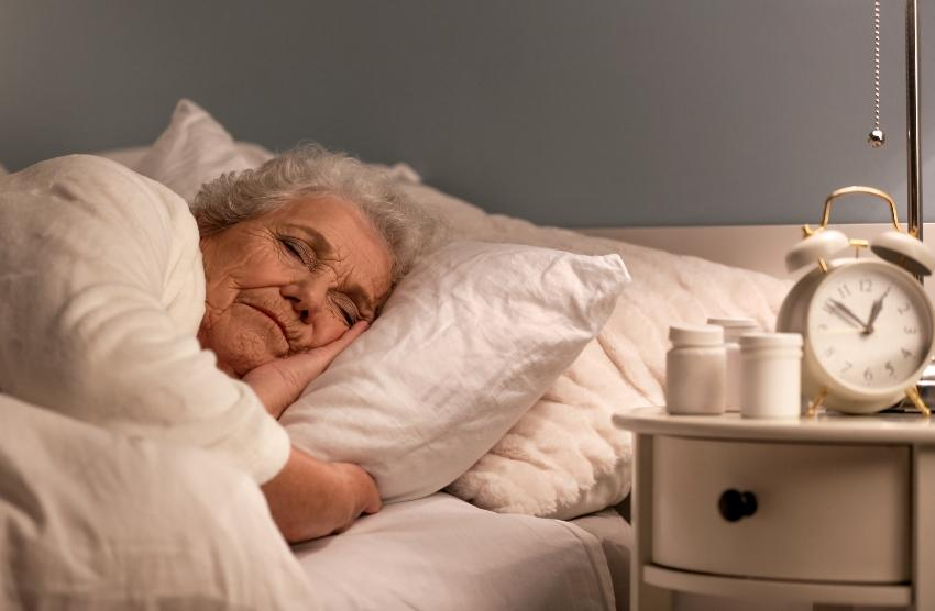 Seniorin schläft - die optimale Schlafdauer ist bei Erwachsenen im Durchschnitt 7 bis 8 Stunden