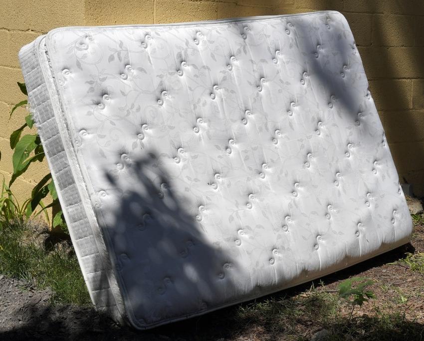 Matratze lehnt an Wand - Matratzentausch wird spätestens nach 10 Jahren fällig