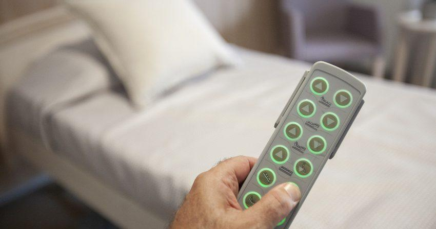 Bett mit Motorlattenrost und Fernbedienung