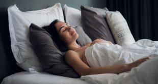 Junge Frau schläft im Tiefschlaf