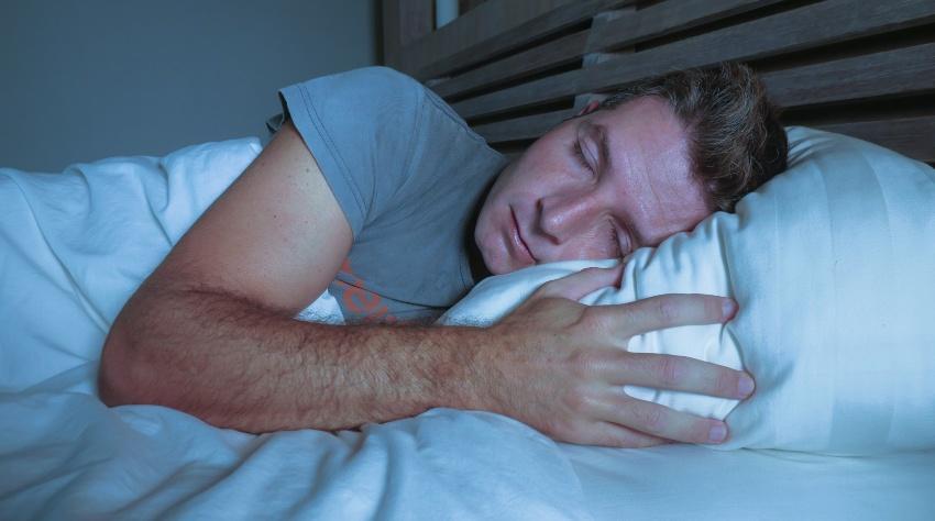 Junger Mann schläft tief und fest - Tiefschlaf