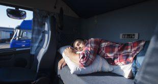 Mann schläft im LKW - LKW-Matratzen