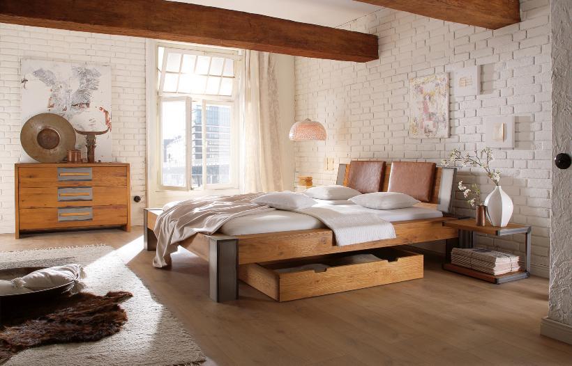 Schlafzimmer mit schicker Kommode