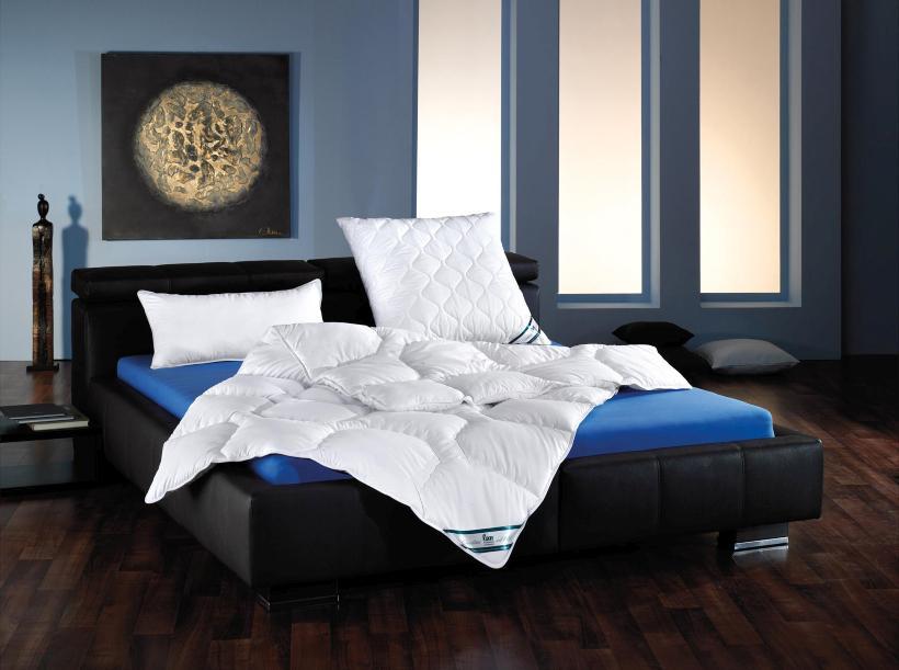 Bett mit Bettdecke und Kissen